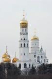 Rusland. Gouden koepels van Moskou het Kremlin bij de winter stock fotografie