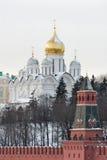 Rusland. Gouden koepels van Moskou het Kremlin bij de winter royalty-vrije stock afbeelding