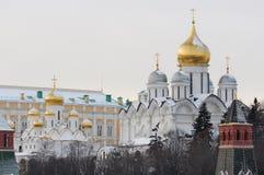 Rusland. Gouden koepels van Moskou het Kremlin bij de winter stock afbeeldingen