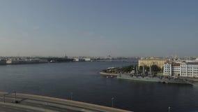 Rusland Heilige-Petersburg De rivier van Neva De kruiserdageraad stock video