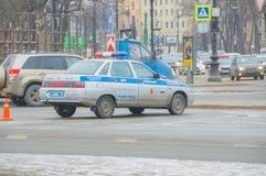 Rusland, heilige-Petersburg, 16 Februari 2017 - bij de kruising is de auto van verkeerspolitie Royalty-vrije Stock Foto