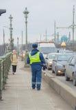 Rusland, heilige-Petersburg, 16 Februari 2017 - de brug is een verkeerspolitieman Stock Foto