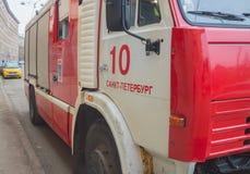 Rusland, heilige-Petersburg, 16 Februari, 2017 - op de stoep een brandvrachtwagen Royalty-vrije Stock Afbeeldingen
