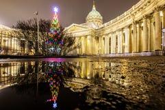 Rusland, heilige-Petersburg, 03, Januari, 2018: Weergeven van de Kazan Kathedraal, de decoratie van het Nieuwjaar en van Kerstmis royalty-vrije stock afbeeldingen