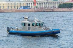 Rusland, heilige-Petersburg, 30 Juli, 2017 - controleer boot dichtbij s Stock Foto's