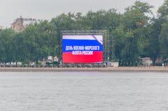 Rusland, heilige-Petersburg, 30 Juli, 2017 - de Neva-rivier dichtbij t Stock Afbeelding
