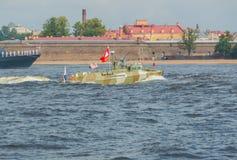 Rusland, heilige-Petersburg, 30 Juli, 2017 - in de Neva-rivier patr Royalty-vrije Stock Foto