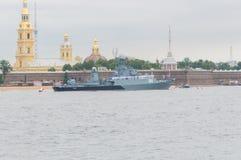 Rusland, heilige-Petersburg, 30 Juli, 2017 - op de rivier Neva Smal Royalty-vrije Stock Afbeelding