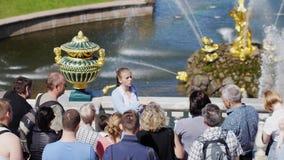 Rusland, Heilige Petersburg, 19 juni 2017 De mooie mening van het stadspark van Peterhof met gids en toeristen 3840x2160 stock video