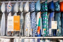 Rusland, heilige-Petersburg, 16 maart, 2019 IKEA, Handel met beddegoed op volledige planken Grote keus van beddegoed in opslag royalty-vrije stock afbeelding