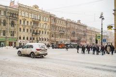 Rusland, heilige-Petersburg, November 2016: In het stadscentrum is er een sneeuw Royalty-vrije Stock Afbeeldingen