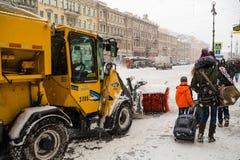 Rusland, heilige-Petersburg, November 2016: In het stadscentrum is er een sneeuwverwijdering tijdens een sneeuwval Royalty-vrije Stock Foto's