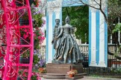 Rusland Het monument aan Alexander Pushkin en Natalia Goncharova in de straat Oude Arbat in Moskou 20 Juni 2016 royalty-vrije stock fotografie