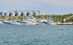 Rusland, het schiereiland van de Krim, de stad van Sebastopol 21 juni 2018: Weinig schepen van de vloot van de Zwarte Zee op anke stock foto
