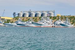 Rusland, het schiereiland van de Krim, de stad van Sebastopol 21 juni 2018: Weinig schepen van de vloot van de Zwarte Zee op anke stock fotografie