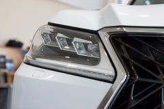 Rusland, Izhevsk - April 21, 2018: Toonzaal Lexus Elegante hoofdlampen van nieuwe auto Lexus LX570 Beroemd wereldmerk royalty-vrije stock foto