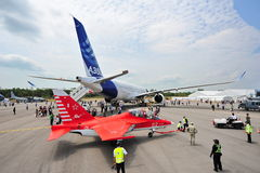 Rusland jak-130 ging trainer vooruit die achter de Luchtbusa350-900 vliegtuigen in Singapore Airshow worden gesleept Royalty-vrije Stock Foto