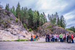 Rusland, Karelië, Lahdenpohja, Augustus 2016: De toeristen dichtbij het militaire museum zetten Filin op Stock Foto's