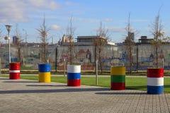 Rusland, Kazan, kan 1, 2018, ijzervaten in de vorm van vlaggen, redactie stock afbeelding