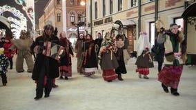 Rusland, Kazan 07-01-2019: Russische nationale traditie - kolyadki Mensen die op de straten in volkskleren lopen stock videobeelden