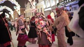 Rusland, Kazan 07-01-2019: Russische nationale traditie - kolyadki Mensen die op de straten in volkskleren lopen en stock video