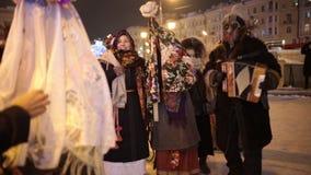 Rusland, Kazan 07-01-2019: Russische nationale traditie - kolyadki Mensen die op de straten in volkskleren lopen en stock videobeelden