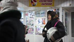 Rusland, Kazan 07-01-2019: Russische nationale traditie - kolyadki Mensen die in traditionele kleren nationale muziek spelen stock video