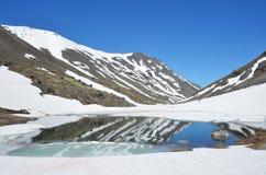 Rusland, Kola Peninsula, Khibiny De weg aan de pas Kukisvumchorr in de zomer royalty-vrije stock fotografie