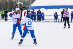 RUSLAND, KOROLEV- 18 FEBRUARI, 2017: De kromme toernooien ter ere van de lokale beroemde bussen werden binnen gehouden voor het e Stock Afbeelding