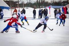 RUSLAND, KOROLEV- 18 FEBRUARI, 2017: De kromme toernooien ter ere van de lokale beroemde bussen werden binnen gehouden voor het e Stock Foto