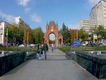 Rusland, Krasnodar 29 september 2018: Arc de Triomphe in Krasnaya-Straat timelaps stock videobeelden