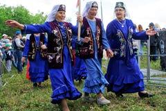 Rusland, Magnitogorsk, - 15 Juni, 2019 Oudere vrouwen in heldere kleren - deelnemers van Sabantuy paradeer - de nationale feestda stock foto's