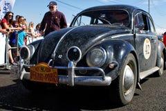Rusland, Magnitogorsk, - 20 Juni, 2019 Retro auto oud die Volkswagen Beetle bij de stadsweg wordt tegengehouden royalty-vrije stock foto