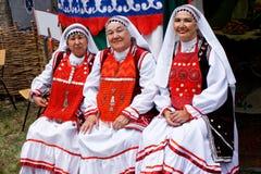 Rusland, Magnitogorsk, - 15 Juni, 2019 Vrouwen in heldere nationale kostuums van Bashkortostan en Tatarstan - deelnemers van stock fotografie
