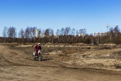 Rusland, Moskou, 14 April, 2018, de berijdende motorfietsen van de opleidingstiener, redactie stock foto's