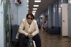 Rusland, Moskou 7 April, 2018, grootmoeder in een verpleeghuis, eenzame oude dag, redactie stock foto's