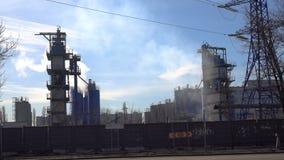 Rusland moskou 08 April 2018 Rokende industriële schoorstenen Rokende Elektrische centrale stock footage