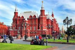 Rusland, Moskou, 18 09.2014 De mensen zitten dichtbij het Historische Museum van de Staat op Rood Vierkant Stock Afbeeldingen