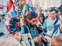 Rusland, Moskou, de Wereldbeker van FIFA: 15 juni, 2018 Journalisten door de reiziger Matthias Amaya worden geïnterviewd dat, die Royalty-vrije Stock Foto
