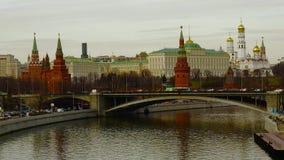 Rusland, Moskou, het Kremlin, rivier en boot, Ivan de Grote klokketoren, brug stock videobeelden