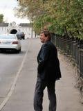 Rusland - Moskou - hetgeklede blije mens lopen op middelbare leeftijd Stock Afbeeldingen