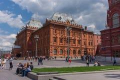 RUSLAND, MOSKOU, 8 JUNI, 2017: De niet geïdentificeerde mensen lopen op Manezhnaya-Vierkant dichtbij het Historische Museum van d Stock Foto
