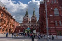 RUSLAND, MOSKOU, 8 JUNI, 2017: De niet geïdentificeerde mensen lopen op Manezhnaya-Vierkant dichtbij het Historische Museum van d Stock Foto's