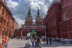 RUSLAND, MOSKOU, 8 JUNI, 2017: De niet geïdentificeerde mensen lopen op Manezhnaya-Vierkant dichtbij het Historische Museum van d royalty-vrije stock afbeelding