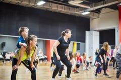 RUSLAND, MOSKOU - 03 JUNI, 2017 meisjes het doen hurkt in de gymnastiek royalty-vrije stock foto's