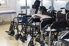 Rusland, Moskou, 2 Juni, 2018, rolstoelen in de winkel, redactie stock afbeeldingen