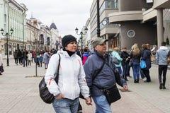 Rusland, Moskou, kan 1, 2018, toeristen die de straten van de stad lopen, redactie stock fotografie