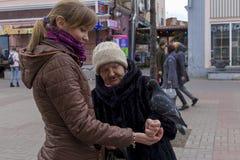 Rusland, Moskou, kan 1, 2018, vrouwen die duiven in de straat voeden, redactie stock fotografie