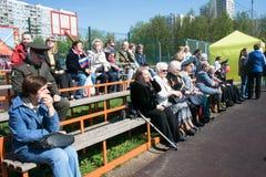 Rusland Moskou, 07 Mei, 18: Kijkers bij het overvolle schoolstadion op het speciale openbare Onsterfelijke regiment ` van de kleu Royalty-vrije Stock Foto's