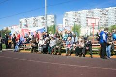 Rusland Moskou, 07 Mei, 18: Kijkers bij het overvolle schoolstadion op het speciale openbare Onsterfelijke regiment ` van de kleu Royalty-vrije Stock Foto